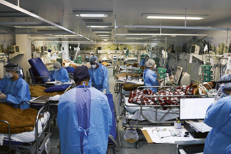 PANDEMIA -Sala de UTI de hospital com doentes de Covid: na visão de Bolsonaro, a cloroquina é eficiente contra a doença -